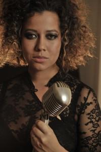 Mahalia Barnes w mic