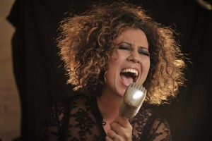 Mahalia Barnes w mic 3