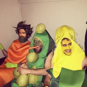 Brian Fest - 06 Devendra Banhart (carrot), Greg Rogove (corn), Rodrigo Amarante (pea) backstage