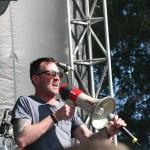SCOTT WEILAND SINGING INTO MIC 1